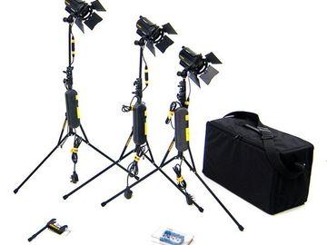 Udlejer: Dedolight kit - 3x LED light and stand in bag